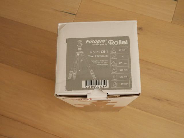 Op de bovenkant van de doos zit een sticker in de kleur van je statief. Titanium.