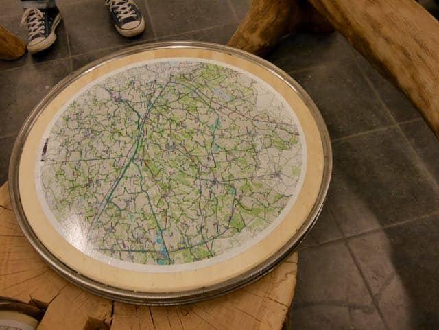 In het kantoor kunnen kinderen lekker spelen, met deze draaiende landkaarten bijvoorbeeld