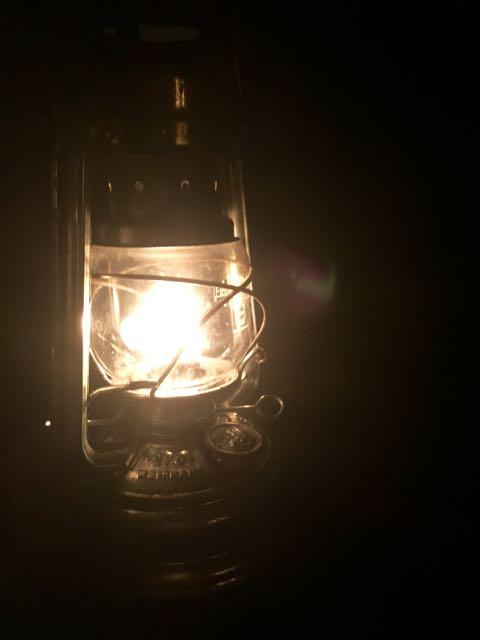 Ook 's avonds is het knus met alle olielampjes en kaarsen aan
