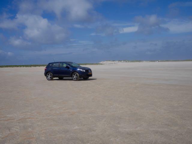 Onze trouwe, blauwe metgezel op het strand van Rømø