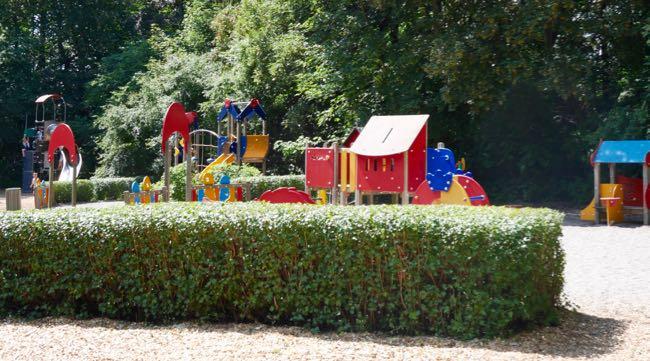 Een klein deel van de speeltuin, het was lastig foto's nemen zonder mensen er op