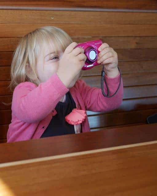 Eerst koffie drinken. Pip, je fototoestel hangt ondersteboven...