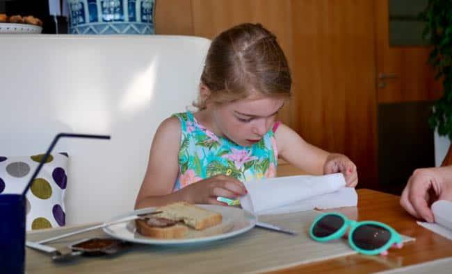 Noor leert rozen vouwen van haar servet (en ik kan rustig eten...)