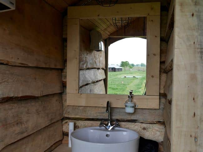 Het toiletgebouw is zo ontzettend mooi en warm ingericht.