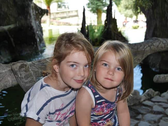 Zonder muntjes in de plomp te gooien, wens ik deze twee meisjes de wereld. Een heul mooie ;-).