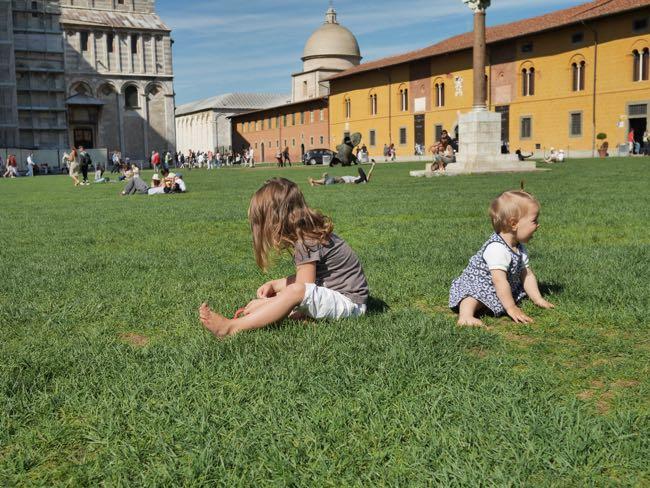 De dames bij de toren van Pisa