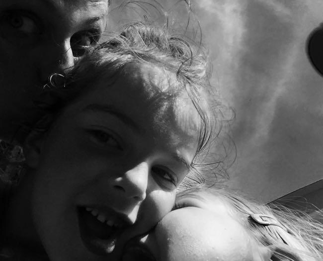 We kussen Noor omdat ze vreselijk jarig is!